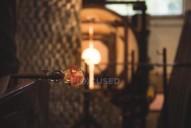 Закри розплавленого скла на blowpipe заводі glassblowing — стокове фото
