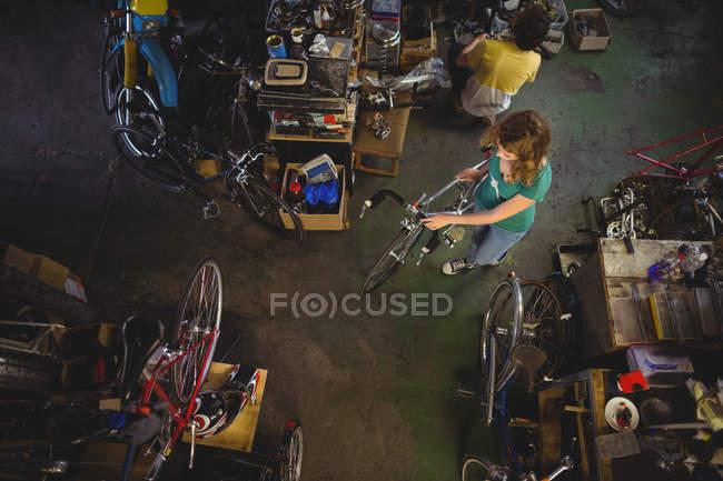 Вид зверху механік слідчим велосипедів в майстерні — стокове фото