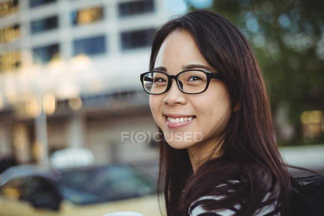Retrato de jovem feliz na rua — Fotografia de Stock