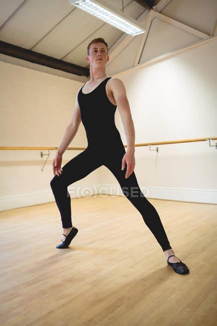 Ballerino practicing ballet dance and posing in studio — Stock Photo