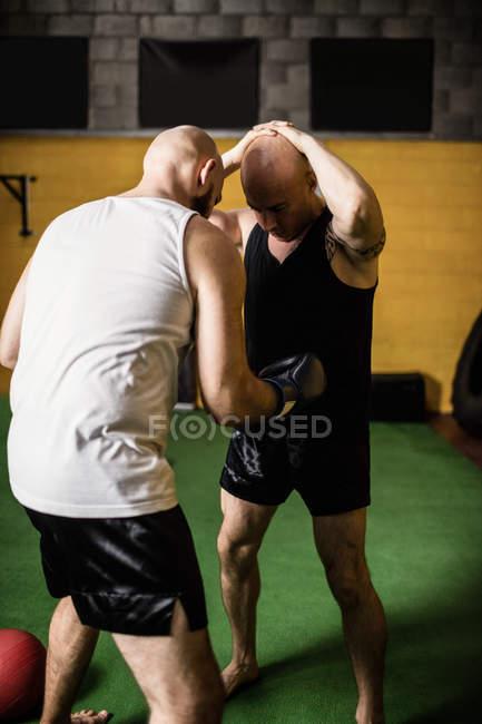 Боксёры Таиланда занимаются боксом в спортзале — стоковое фото