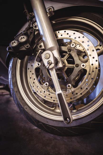 Nahaufnahme von Motorradrad in industriemechanischer Werkstatt — Stockfoto