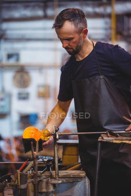 Формирование стеклодувов и формирование расплавленного стекла на стекольном заводе — стоковое фото
