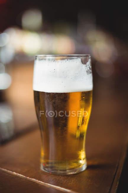 Бокал пива в кассе в бар — стоковое фото