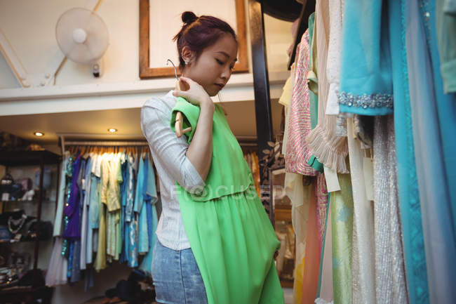 Женщина пробует топ в бутик-магазине — стоковое фото