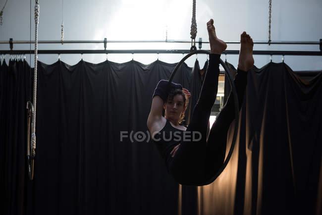 Ginasta realizando ginástica em aro no estúdio de fitness — Fotografia de Stock