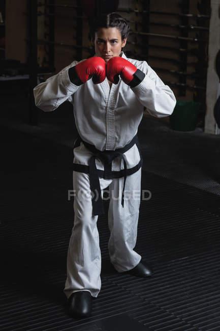 Porträt einer Frau in Boxhandschuhen im Fitnessstudio — Stockfoto