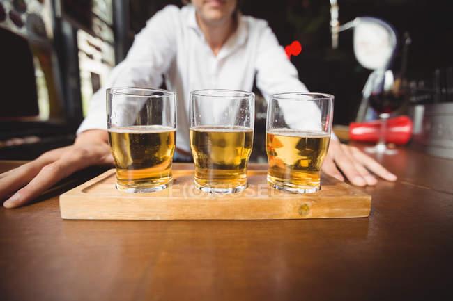 Крупный план бокалов пива на барной стойке в баре — стоковое фото