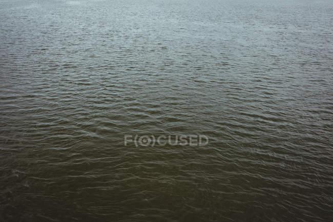 Blick auf das wogende Meer an sonnigen Tagen — Stockfoto