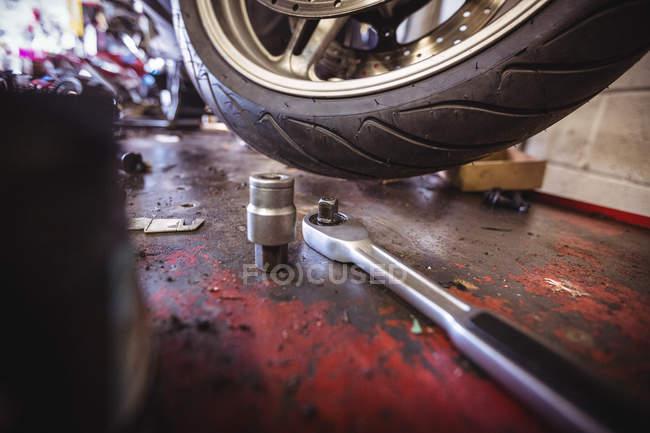 Werkzeuge aus der Nähe in der industriellen mechanischen Werkstatt — Stockfoto