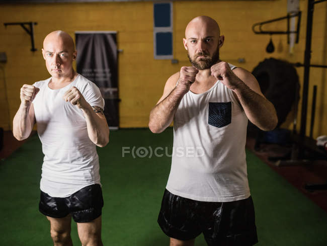 Porträt zweier Boxer, die im Fitnessstudio stehen und in die Kamera schauen — Stockfoto