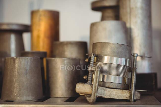 Metallformen für Glasbläserei auf Regal Glasbläserei werkseitig angeordnet — Stockfoto
