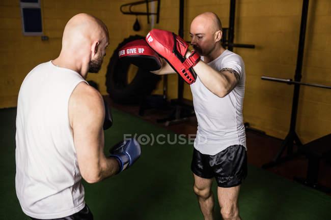 Zwei thailändische Boxer beim Boxen im Fitnessstudio — Stockfoto