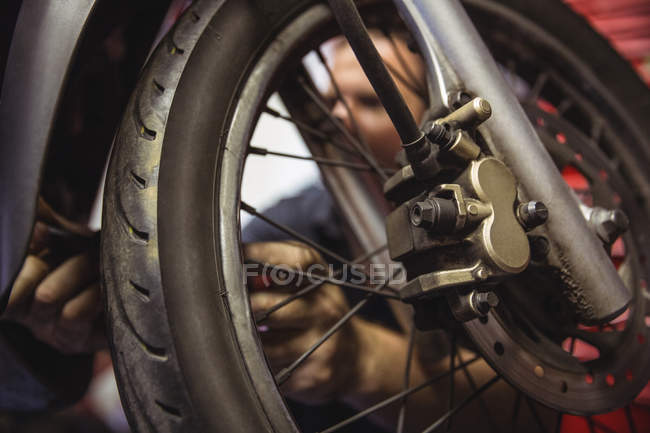 Nahaufnahme des Motorradmotors in der Industriemechanikerwerkstatt — Stockfoto