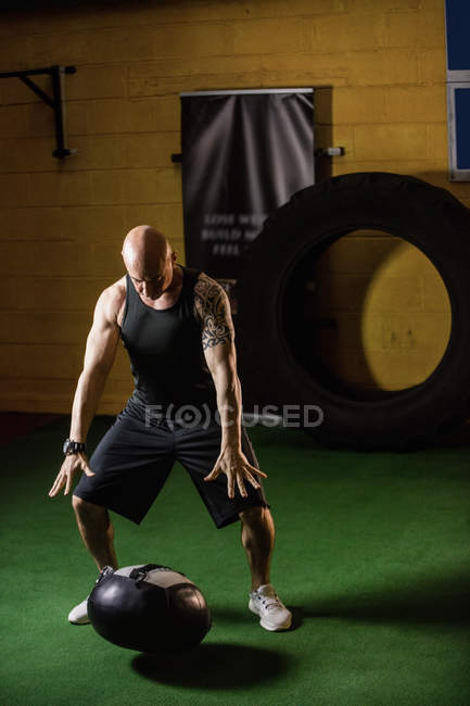 Красивий спортсмен підйому ваги в тренажерний зал — стокове фото
