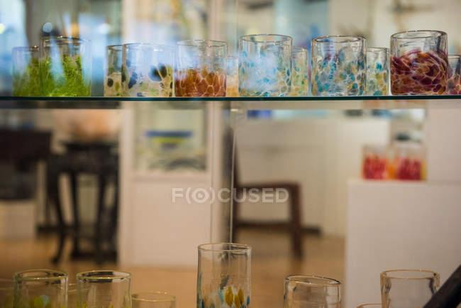 Bicchieri soffiati colorati in mostra presso la fabbrica di soffiaggio del vetro — Foto stock