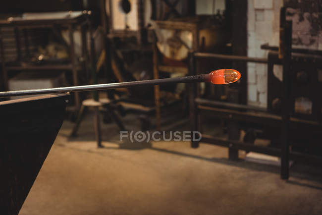 Close-up of glass on blowpipe at glassblowing factory — Stock Photo