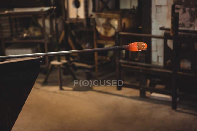 Nahaufnahme des Glases auf Blasrohr werkseitig Glasbläserei — Stockfoto