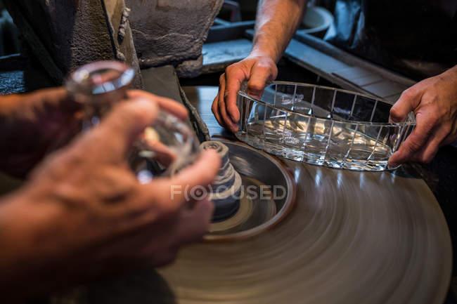 Mãos de sopradores de vidro trabalhando em um vidro em fábrica de sopro de vidro — Fotografia de Stock