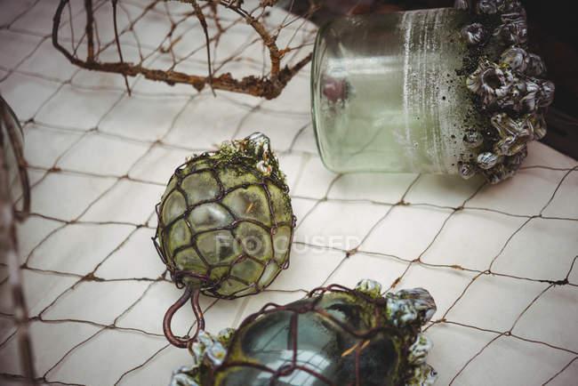 Oggetti di vetro soffiato fatti a mano in mostra presso la fabbrica di soffiaggio del vetro — Foto stock