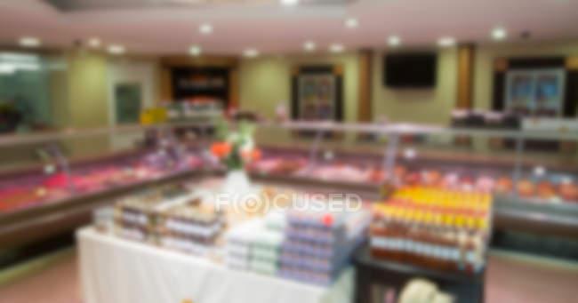Размытый вид мяса на дисплее мясников в супермаркете — стоковое фото
