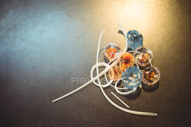 Primo piano delle fette di vetro sul tavolo nella fabbrica di soffiaggio del vetro — Foto stock
