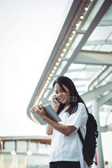 Учасник чемпіонату з мобільного телефону під час користування цифровий планшетний — стокове фото