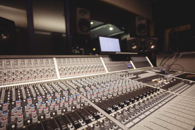 Звуковой миксер в студии с ноутбуком — стоковое фото