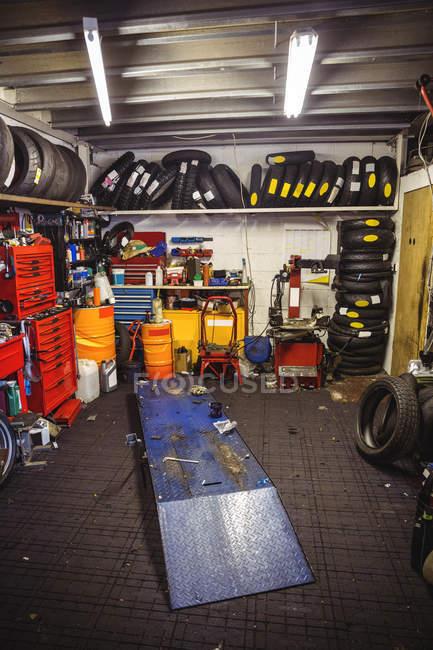 Vista interna dell'officina automobilistica industriale — Foto stock