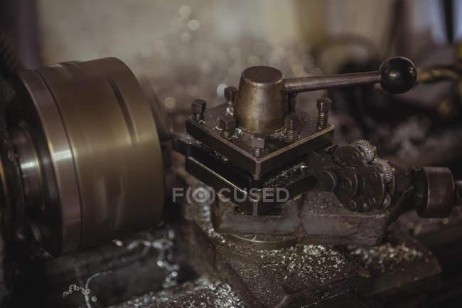 Primer plano de la máquina de torno en taller mecánico industrial - foto de stock