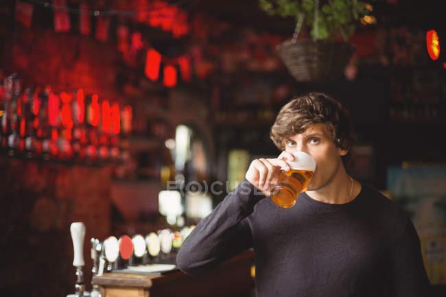 Портрет чоловіка з келихом пива в барі — стокове фото