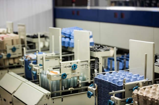 Машины с яйцо картонной фабрике — стоковое фото