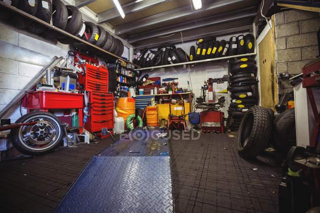 Interior view of industrial motor vehicle workshop — Stock Photo