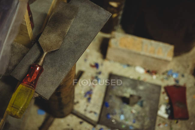 Gros plan des outils de soufflage du verre sur la table à l'usine de soufflage du verre — Photo de stock