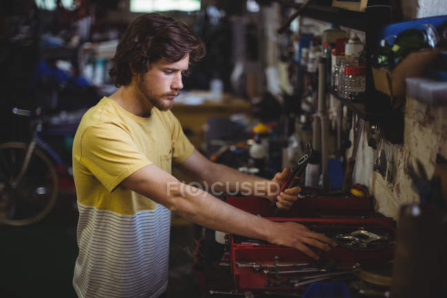 Selección de herramientas de cuadro de herramientas en el taller mecánico - foto de stock
