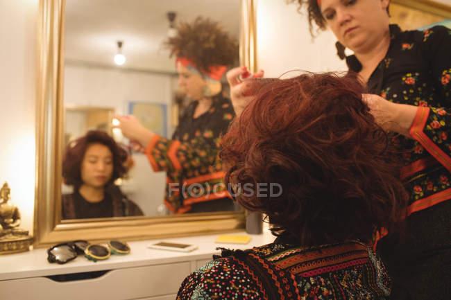 Стильная женщина, получить волосы сделали в салоне профессиональный волос — стоковое фото
