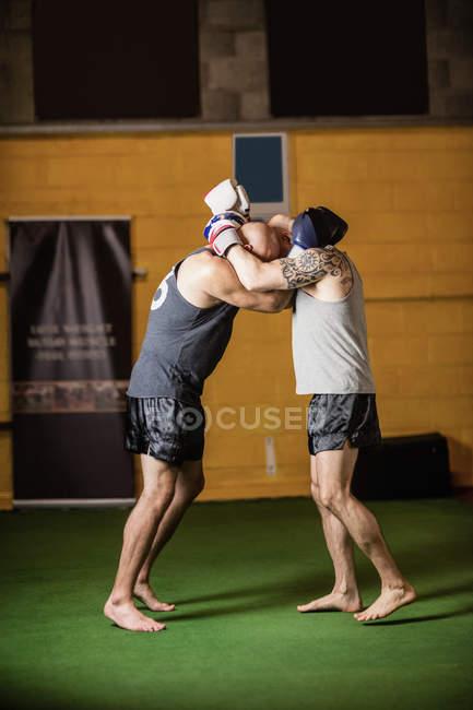 Seitenansicht thailändischer Boxer beim Boxen im Fitnessstudio — Stockfoto