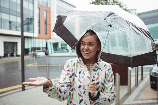 Sourire Belle femme jouissant de la pluie pendant la saison des pluies — Photo de stock