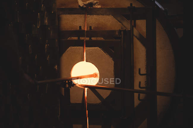 Glass heating in furnace at glassblowing factory — Stock Photo