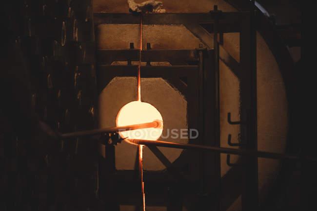 Скло нагріву в печі при glassblowing заводу — стокове фото