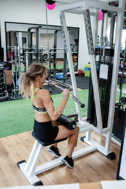 Frau, die Durchführung von stretching-Übung im Fitnessstudio — Stockfoto