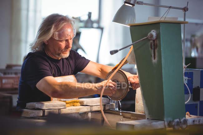 Glasbläser arbeiten an einem Glas in der Glasbläserei — Stockfoto
