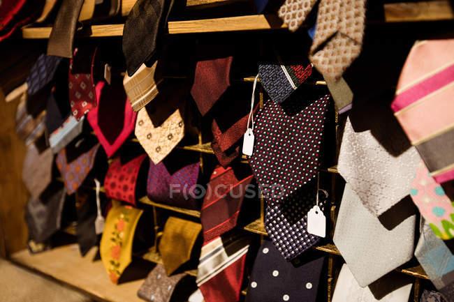Primer plano de varios lazos en la exhibición en tienda boutique - foto de stock
