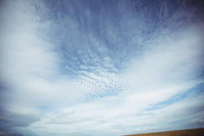 Vue du ciel nuageux par temps ensoleillé — Photo de stock