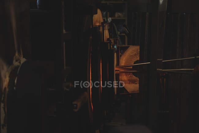 Chauffage au verre dans le four à l'usine de soufflage du verre — Photo de stock