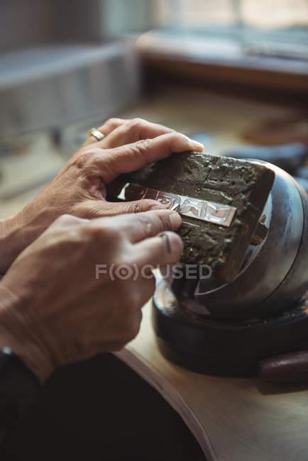 Nahaufnahme einer Handwerkerin, die in einer Werkstatt arbeitet — Stockfoto
