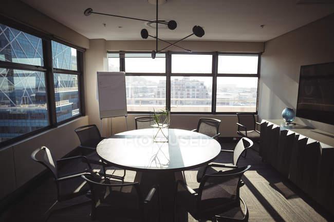 Vista da moderna sala de reuniões no escritório — Fotografia de Stock