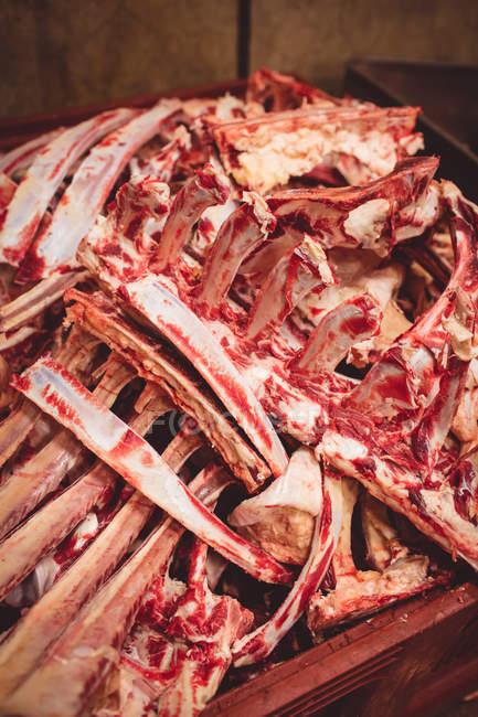 Крупным планом грудной кости стека в бойню — стоковое фото