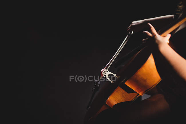Female student playing violin in a studio — Stock Photo