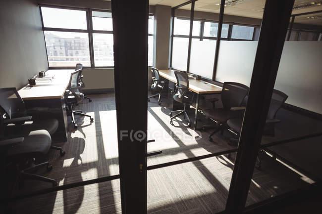 Table et chaises vides dans les bureaux modernes — Photo de stock